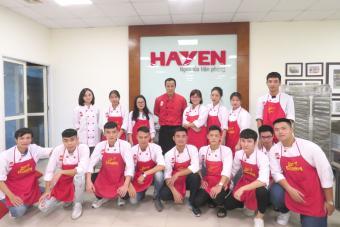 Hà Yến kết hợp với trung tâm đào tạo EZCooking tổ chức buổi thực hành cho học viên lớp Đầu bếp chuyên nghiệp.
