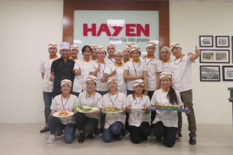 Lớp Bếp Á của REACH đến thực hành ngoại khóa tại khu bếp mẫu Livekitchen Hà Yến