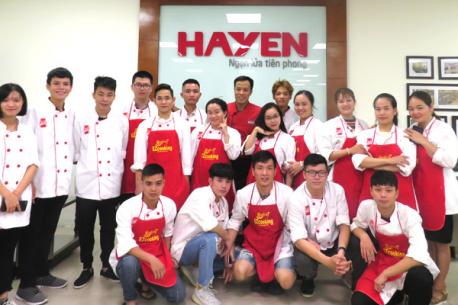 Buổi thực hành nấu ăn tại khu bếp mẫu Live Kitchen Hà Yến của các học viên lớp đào tạo nghề bếp khóa NCN125 và NCN126 – Trung tâm EZCooking