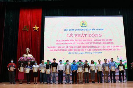 """Công nhân viên tập đoàn Hà Yến vinh dự nhận danh hiệu """"Công nhân giỏi"""" do Liên đoàn Lao động quận Bắc Từ Liêm trao tặng."""