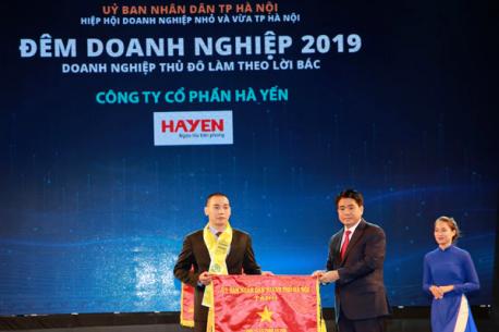 Hà Yến vinh dự 5 năm liên tiếp nhận bằng khen và cờ thi đua của UBND TP. Hà Nội