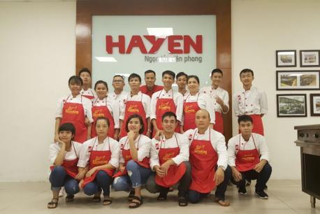 Lớp Đầu bếp chuyên nghiệp của Ezcooking thực hành ngoại khóa tại khu bếp mẫu Livekitchen Hà Yến