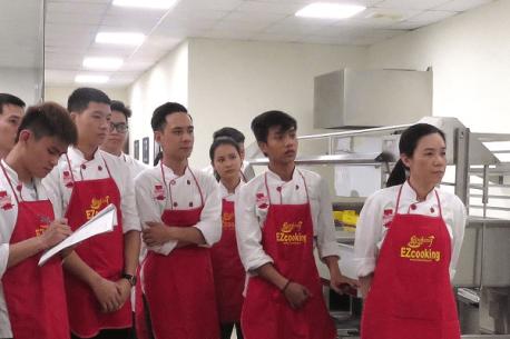 Học viên Trung tâm dạy nấu ăn EZCooking tham gia trải nghiệm khu bếp mẫu LiveKitchen của Hà Yến