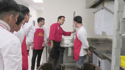 Buổi thực hành nấu ăn tại khu bếp mẫu Live Kitchen Hà Yến của các học viên lớp đầu bếp chuyên nghiệp – Trung tâm EZCooking.